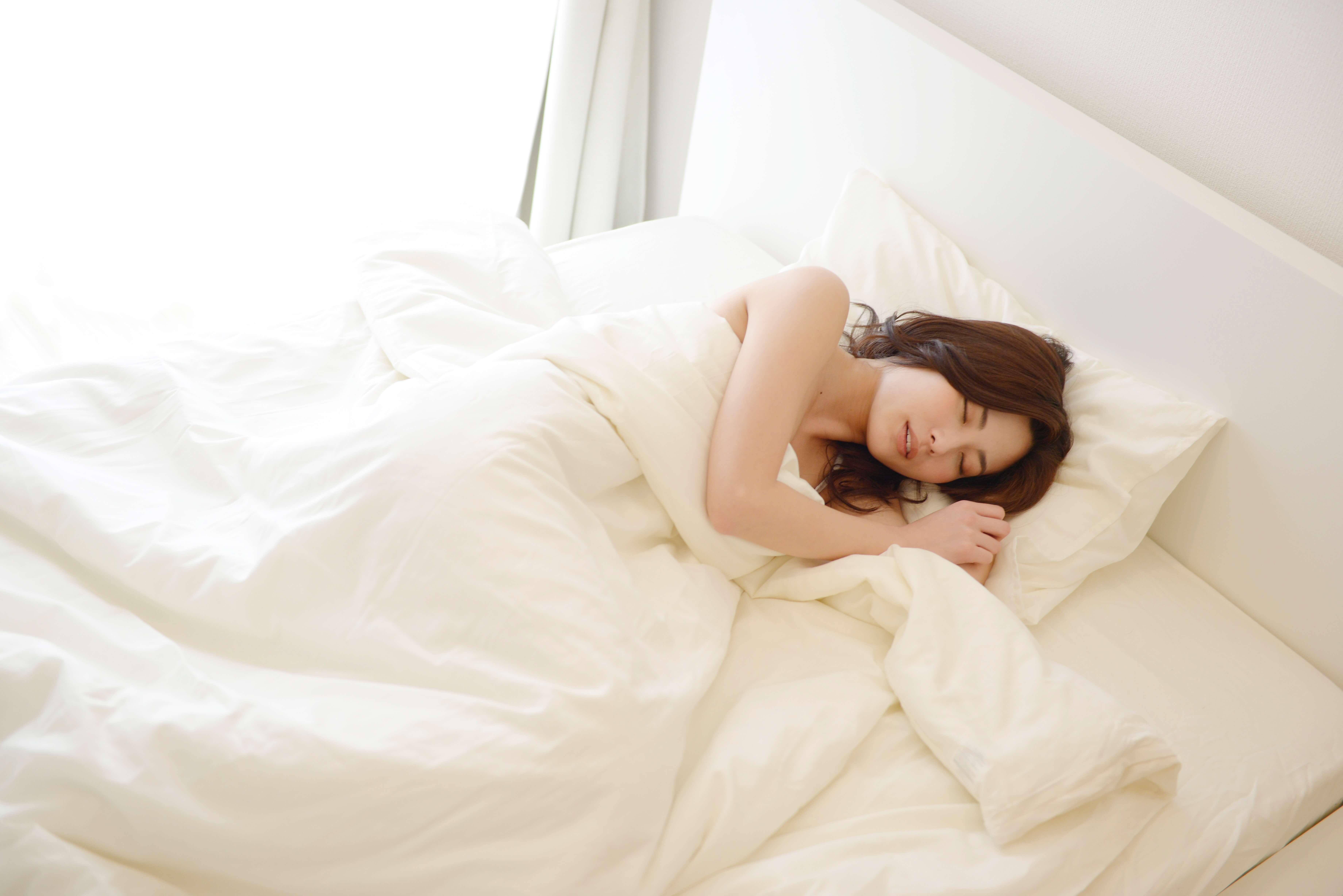 あのモデルも実践!?全裸睡眠で得られる効果とは!?